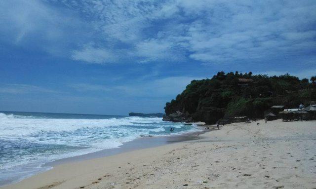 Indahnya Pantai Goa Watulawang